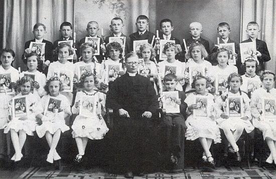 V květnu 1938 je tu zachycen v zadní řadě prvý zleva se spolužáky a farářem Johannem Reindlem z Blanska, jejich katechetou, v den svého kaplického prvního svatého přijímání