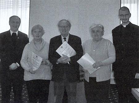 Stojí tu uprostřed skupiny v roce 2010 oceněných přispěvatelů časopisu Glaube und Heimat (prvý zleva je zachycen Alois Ehrl, druhá zleva Edeltraud Woldrichová