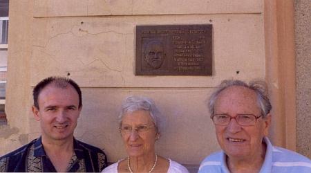 S manželkou Traudi a koordinátorem českého vydání jeho knihy Bernhardem Rieplem v Kaplici pod pamětní deskou J. M. Klimesche