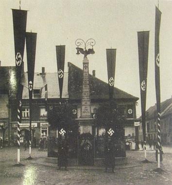 Takto znetvořili památník padlým, po druhé světové válce zcela odstraněný, zdejší nacisté na podzim roku 1938