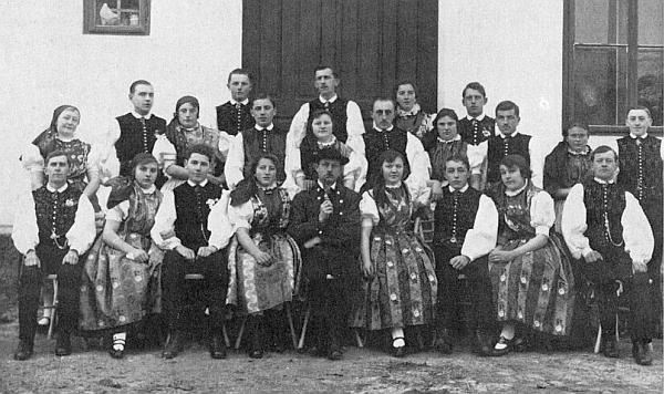 Německá mládež ze vsi Litvínovice v krojích na snímku z roku 1928