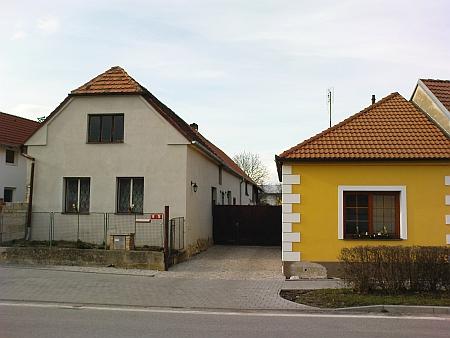 Dnešní podoba rodného stavení čp.19 (průčelí nalevo, vpravo je výměnek)