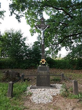 Boží muka na okraji Litvínovic a obnovený kříž mezi Litvínovicemi a Šindlovými Dvory (2017)