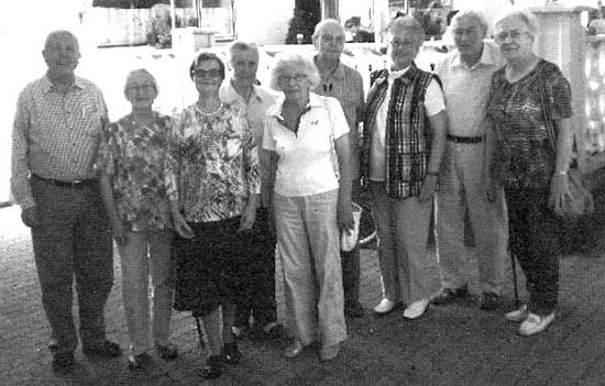 Stojí tu prvý zleva na Budweiser-Treffen 2011, čtvrtá zleva je pak Margarethe Hampelová a vedle ní uprostřed Maria (Ritschi) Wagnerová, vdova po Karlhansi Wagnerovi