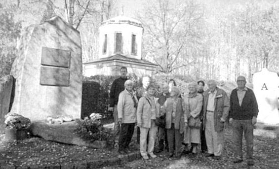 Na českobudějovickém hřbitově u pamětního kamene zdejších Němců stojí zcela napravo, pátá zleva je tu zachycena i Margarethe Hampelová