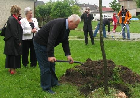 Sází v roce 2009 symbolický stromek k 750. jubileu prvé písemné zmínky o obci, v níž se narodil