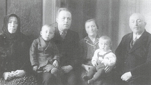 On na otcově klíně, zleva babička Theresie, vedle otce vpravo maminka Rose sbratříčkem Johannem, zcela vlevo děd Wenzel