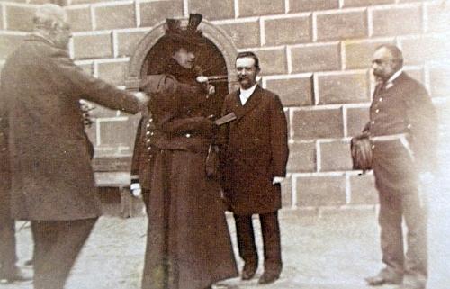 Dne 16. září roku 1895 tu Adolf Schwarzenberg, na snímku prvý zleva, představuje Augusta Saitze, prvého zprava, vdově po korunním princi Rudolfovi Štěpánce
