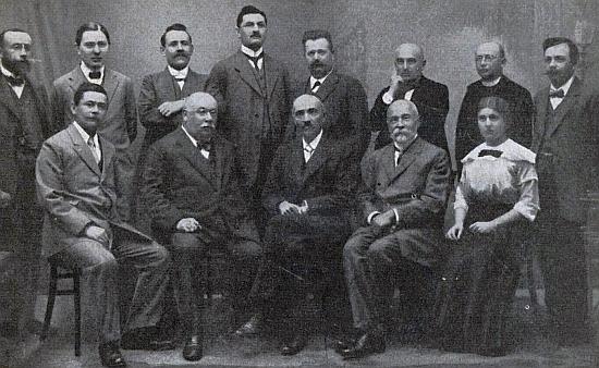 Stojí tu třetí zprava mezi členy učitelského sboru vimperské školy na snímku pořízeném někdy kolemroku1910