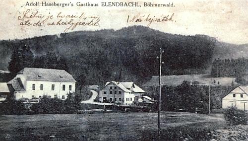 """Stará pohlednice z někdejší Polky zachycuje zleva školu a naproti ní Haselbergerův hostinec,     označený čísi rukou jako """"náš bejváček"""" (viz i Anna Quittererová)"""