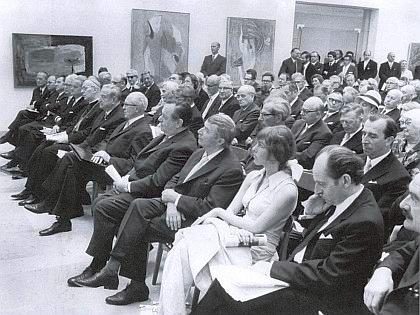 Při otevření Ostdeutsche Galerie v Řezně 11. června 1970 sedí v prvé řadě zcela vpravo, vedle něho Dr. Ernst Schremmer