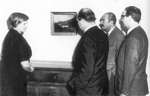"""V roce 1968 při nákupu obrazu Adalberta Stiftera """"Motiv z Neuwaldeggu"""" pro Sudetoněmeckou galerii v Řezně stojí druhý zprava, zcela vlevo Johanna von Herzogenbergová"""