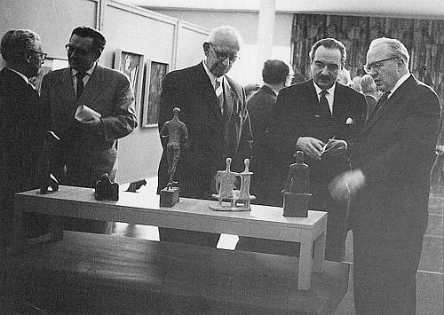 """Při otevření výstavy """"Mladí sudetoněmečtí umělci"""" ve foyer Spolkového domu (Bundeshaus) v Bonnu roku 1959 stojí druhý zprava"""