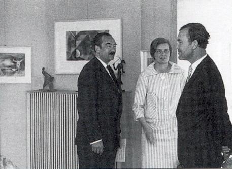 V červnu roku 1960 s Johannou von Herzogenbergovou a malířem Heribertem Losertem stojí prvý zleva vprostorách     mnichovské galerie Malura, kde se konala výstava prací laureátů Sudetoněmecké kulturní ceny