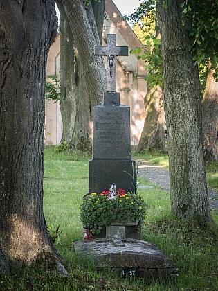 Náhrobní kámen na poběžovickém hřbitově