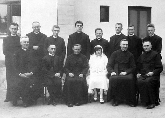 Na snímku z kroniky farnosti Železná sedí první zleva, první zprava sedí Emil Douša