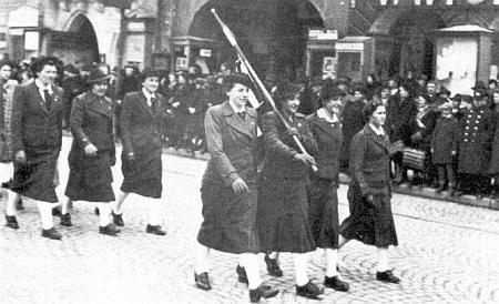 Josefine v prvé řadě prvá zleva, za ní sestry Maličkych (!) s paní Hannovou při vítání německých vojsk na českobudějovickém náměstí 1939: začátek nebo předzvěst konce?