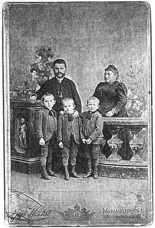 S rodiči a sourozenci (uprostřed)