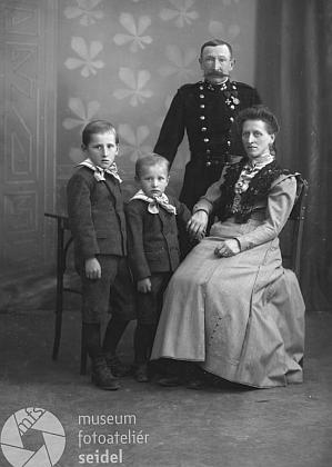 S rodiči a mladším bratrem na snímku z října roku1908