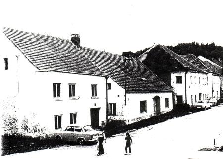 Rodný dům čp. 45 v Horní Plané (na snímku uprostřed) byl zbořen v roce 1982