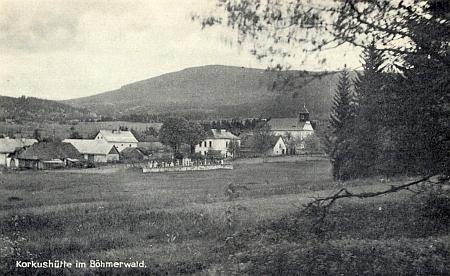 Na této pohlednici Korkusovy Huti je škola zachycena za místním hřbitovem mírně napravo
