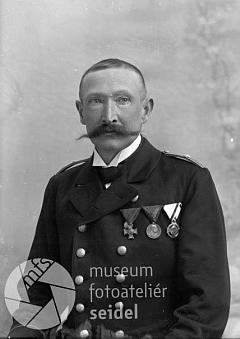 Jeho otec Johann Sattler na snímku z fotoateliéru Seidel, datovaném 22.srpna roku 1909