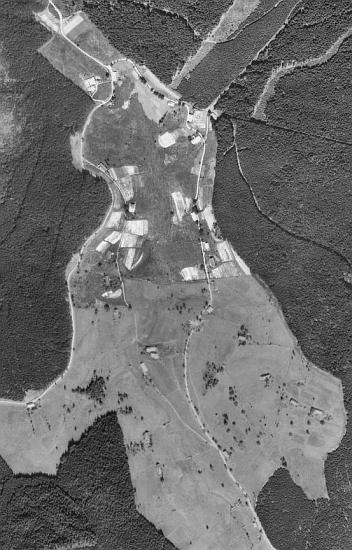 Jeho rodné Hiršperky (dnes Jelení) na leteckých snímcích z roku 1947 a 2008