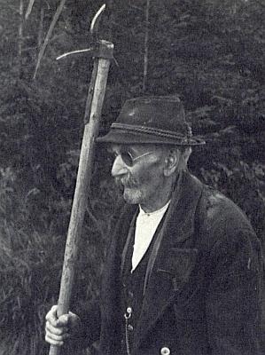 Na vzácném snímku stojí jako starý muž s pracovním nástrojem dohlížitele na plavebním kanálu