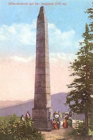 Kolorovaná pohlednice se Stifterovým obeliskem