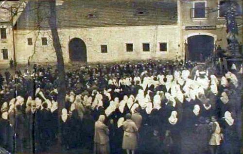 Vysvěcení sochy sv. Jana Nepomuckého, kterou vytvořil poté, co byla původní zničena bouří v srpnu 1928, dne 16. května 1930 v rodném Rychnově nad Malší