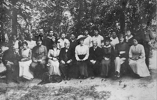 Na snímku z června 1918, pořízeném ve vojenském lazaretu Červeného kříže sedící Constanze (Konstance) označena dvěma křížky, dál nalevo od ní jedním křížkem pak hraběnka Olivie Lamezan-Salins, roz. Hardtmuthová