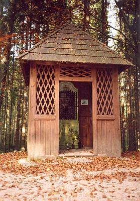 Obnovená Rosenauerova kaple při Schwarzenberském plavebním kanálu je vlastně skryta uvnitř dřevěného přístřešku (viz i Robert Baldassari)