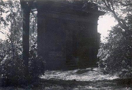 Vzácný snímek dnes už neexistující hrobky rodiny Rosenauerových na Staroměstském hřbitově v Českých Budějovicích
