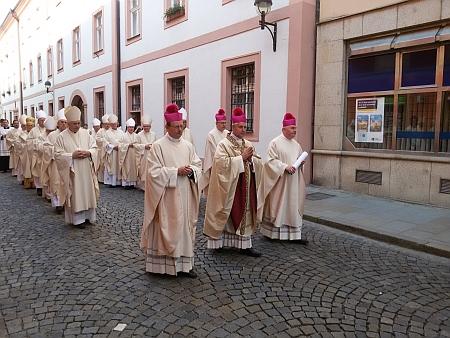 Slavnostní svěcení zatím posledního českobudějovického biskupa Vlastimila Kročila 13. června 2015 - průvod před biskupskou rezidencí
