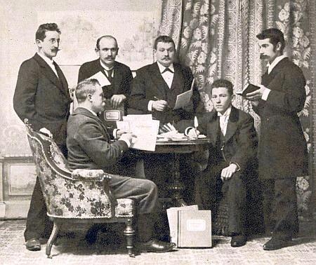 Redaktoři listu Dorfbote v roce 1899, Anton Schacherl prvý zprava, prvý zleva Wilibald Böhm a před ním sedící Franz X. Reitterer, druhý zleva Leonhard Kaiser