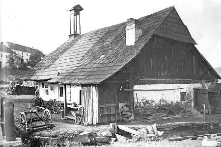 Vesnická kovárna v Mladoňově na fotografii Maxe Nowaka