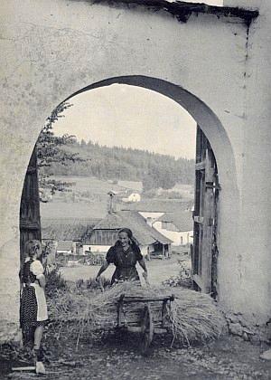 """Ve vratech statku """"u Klementů"""" (bei Klementn) v někdejším Mladoňově stojí strakařem slámy válečná vdova Maria Hableová s dcerkou"""