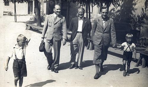 Na snímku někdy z třicátých let vede za ruku syna Rudolfa