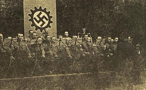 Na akci Německé pracovní fronty (DAF) diriguje v městském divadle odpoledne 30. března roku 1941 orchestr SA