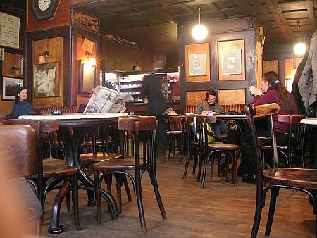 Tady v proslulém vídeňském podniku Café Hawelka se roku 1963 (vypadá to tu prý stále stejně) seznámil s Ruth Brinkmannovou