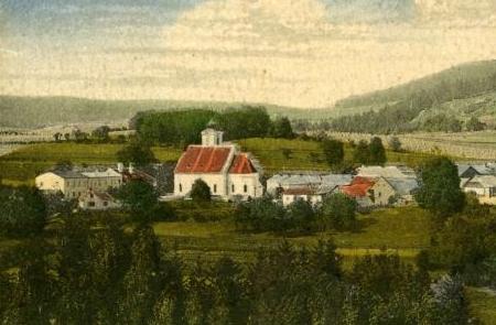 Škola v Rychnůvku nalevo od kostela na výřezu ze Seidelovy pohlednice (viz i Josef Bürger)