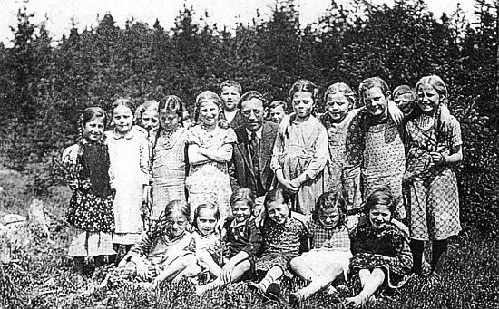 S dětmi ze zaniklého Rychnůvku na snimku z roku 1937