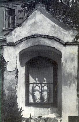 Výklenková kaple ve hřbitovní zdi při kostele ve Frantolech na jeho snímku