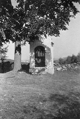 V lese nad rodnými Frantoly stojí kaple Anděla Strážce