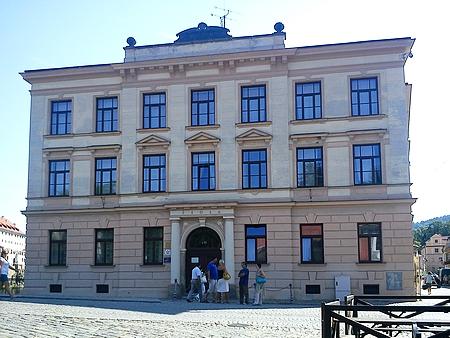Budova někdejší chlapecké měšťanské školy v Českém Krumlově (viz i Matthias Chyna, Peter Scherb a Josef Skopek)