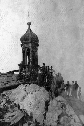 Demoliční četa na troskách kostela na počátkou šedesátých let 20. století