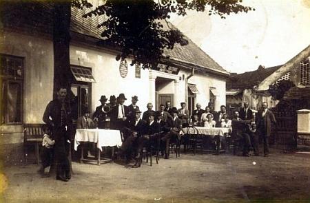 Foissnerova restaurace v Českém Heršláku na snímku z roku 1924