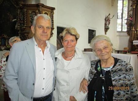 Při návštěvě v Horním Dvořišti v září 2019, vlevo stojí její bratranec Helmut Wagner, mj. překladatel dělPaulaPraxla, Johanna Sailera a Rudolfa Slawitscheka