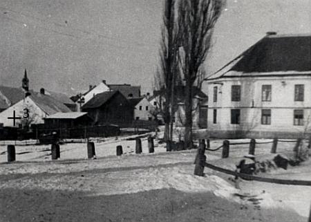 Na snímku, který v obecním zpravodaji doprovázel její text, je vlevo rodičovský dům čp. 3 v Českém Heršláku