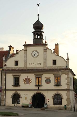 Radnice v Nových Hradech s erbem rodu Buquoyů a znakem města